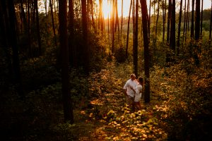 sesja narzeczeńska, fotograf Poznań, las, natura